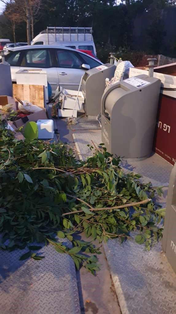 Avec le confinement, autour des points d'apports volontaire, les dépôts sauvages se multiplients